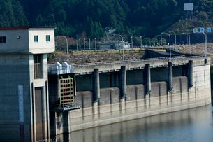 ゲ-トを閉ざし水を貯水する布目ダム湖の風景の写真素材 [FYI03378399]
