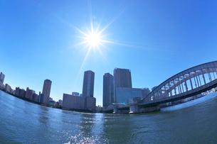 隅田川と勝鬨橋とビル群の写真素材 [FYI03378628]