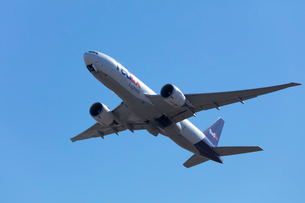 飛行機の離陸の写真素材 [FYI03379630]