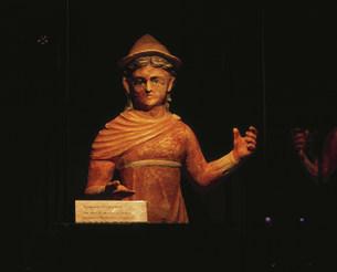 金持ち女性像 考古学博物館の写真素材 [FYI03380094]