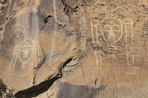 賀蘭山岩画の仮面覆人物岩画と西夏文字の写真素材 [FYI03380247]