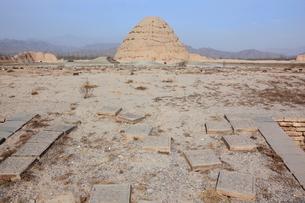 西夏王陵献殿と三号陵の写真素材 [FYI03380287]