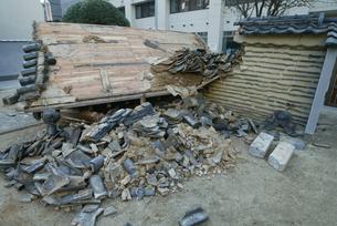 福岡西方沖地震 削れ落ちた寺の山門の写真素材 [FYI03380462]