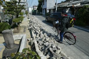 福岡西方沖地震 くずれ落ちたブロック塀の写真素材 [FYI03380466]