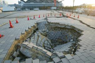 福岡西方沖地震 陥没した埠頭の写真素材 [FYI03380467]