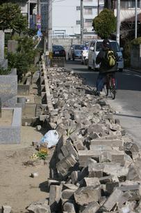 福岡西方沖地震 崩れ落ちたブロック塀の写真素材 [FYI03380470]