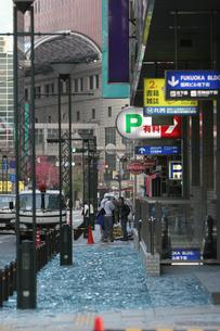 福岡西方沖地震 落下したガラス片に埋まる歩道の写真素材 [FYI03380471]