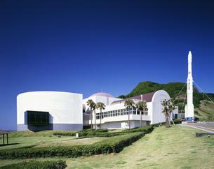 宇宙展示館とロケットの写真素材 [FYI03380497]