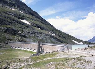 湖のダムの写真素材 [FYI03380885]