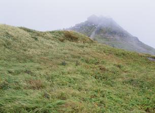 霧の月山山頂 月山神社の写真素材 [FYI03380973]