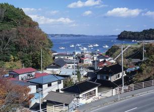 水戸辺の集落と志津川湾の写真素材 [FYI03381042]