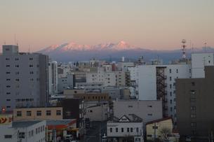旭川市内から見える大雪山系の写真素材 [FYI03381139]