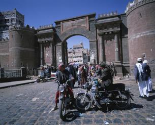 サナア旧市街のイエメン門の写真素材 [FYI03381400]