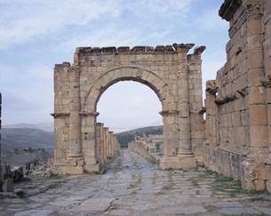 ジェミラ考古遺跡(カルド通り)の写真素材 [FYI03381629]