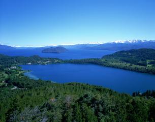 カンパナリオの丘より湖を望む バリローチェの写真素材 [FYI03381878]