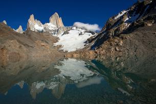 パタゴニア地方のフィッツ・ロイ山とロス・トレス湖の写真素材 [FYI03382264]
