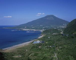八丈富士と横間ヶ浦海岸の写真素材 [FYI03382347]
