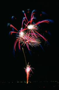 年忘れ那珂川花火大会 スターマイン 冬空のペアリングの写真素材 [FYI03382550]