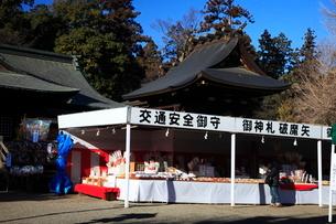 鷲宮神社神殿とおみくじ授与所の写真素材 [FYI03382613]