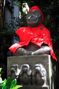 巣鴨地蔵通りの猿田彦大神の狛猿の写真素材 [FYI03382662]