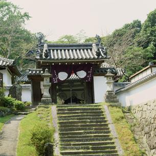 神童寺の山門の写真素材 [FYI03382823]