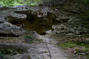 秩父三十四ヵ所 第三十二番 法性寺の奥の院へ鎖の岩場の写真素材 [FYI03382892]