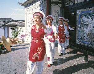 昆明の雲南民族村の白族の踊りの写真素材 [FYI03383152]