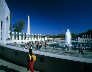 第2次世界大戦記念公園とワシントン記念塔の写真素材 [FYI03383170]