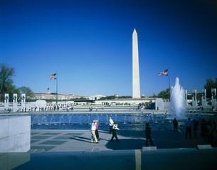 第2次世界大戦記念公園とワシントン記念塔の写真素材 [FYI03383171]