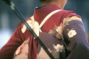 女性の背中 三十三間堂の通し矢の写真素材 [FYI03383199]