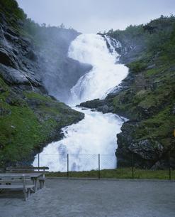 ソグネフィヨルドのヒョース滝 フロム山岳鉄道フロム線沿線の写真素材 [FYI03383282]