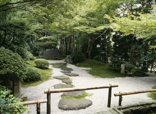 鷹峯 常照寺の帯塚の写真素材 [FYI03383287]