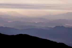 ピパル湖3323mの朝靄の写真素材 [FYI03383401]