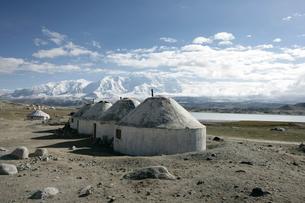 カラクリ湖とキルギス族のパオの写真素材 [FYI03383404]