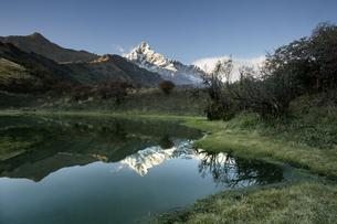 ピパル湖より望むマチャプチャレの写真素材 [FYI03383406]