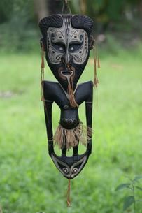 セピック川 タンブナム村の手作り民芸品の写真素材 [FYI03383410]