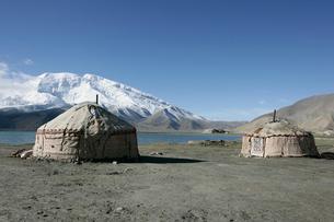 カラクリ湖とキルギス族のパオの写真素材 [FYI03383413]
