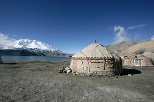カラクリ湖とキルギス族のパオの写真素材 [FYI03383442]