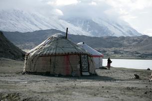 カラクリ湖とキルギス族のパオの写真素材 [FYI03383457]