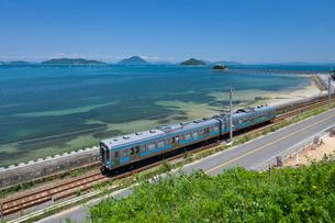 JR予讃線貨物列車と津嶋神社と瀬戸内海の写真素材 [FYI03383523]