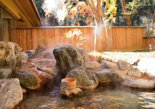 紅葉の露天風呂の写真素材 [FYI03383685]