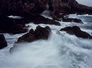 荒れる日本海 唐音海岸の写真素材 [FYI03383913]