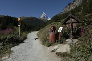 フーリ~ツェルマットのハイキングコースの写真素材 [FYI03383979]