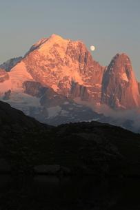 月とヴェルト針峰の写真素材 [FYI03384000]