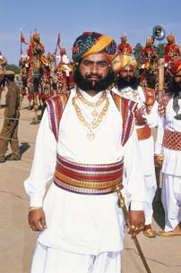 民族衣装の男性 デザートフェスティバルの写真素材 [FYI03384234]