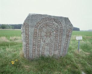 ルーネ文字の刻まれた石碑の写真素材 [FYI03384356]