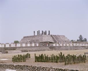 ピラミッドと戦さの石柱トゥーラの写真素材 [FYI03384393]
