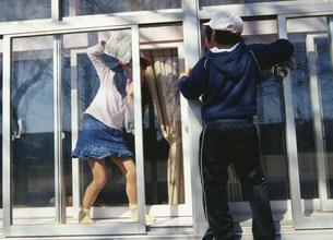 窓拭き掃除をする生徒の写真素材 [FYI03384645]