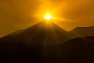 アルプス市 下高下より富士山の元旦初日の出を望むの写真素材 [FYI03384877]