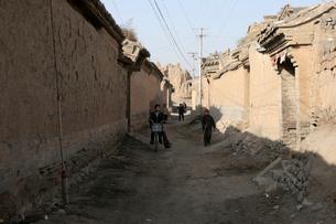 暖泉鎮西古堡四合院の荒廃した壁の写真素材 [FYI03384950]